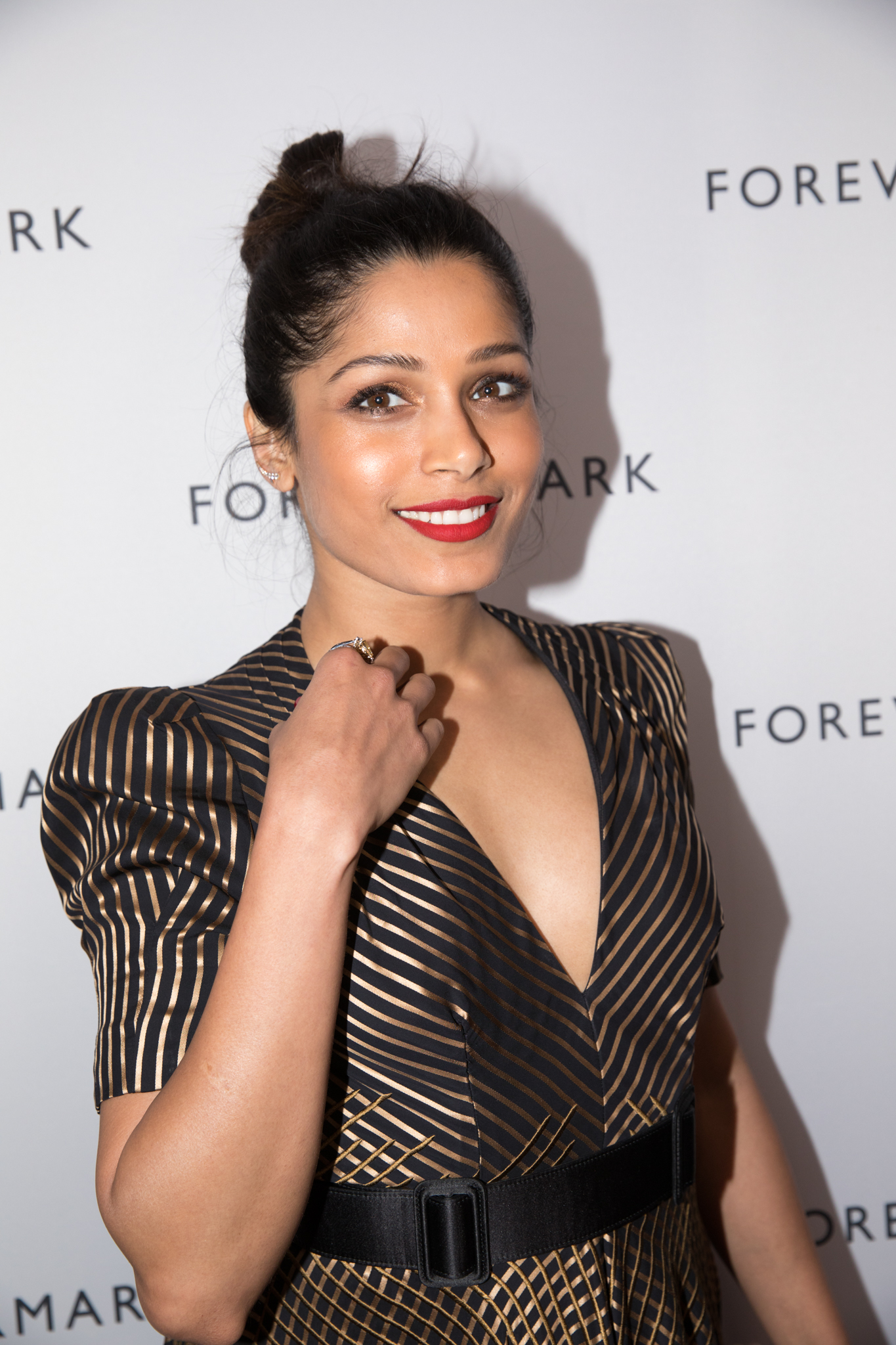 Freida Pinto Is Forever Effortlessly Chic - Bangstyle ...