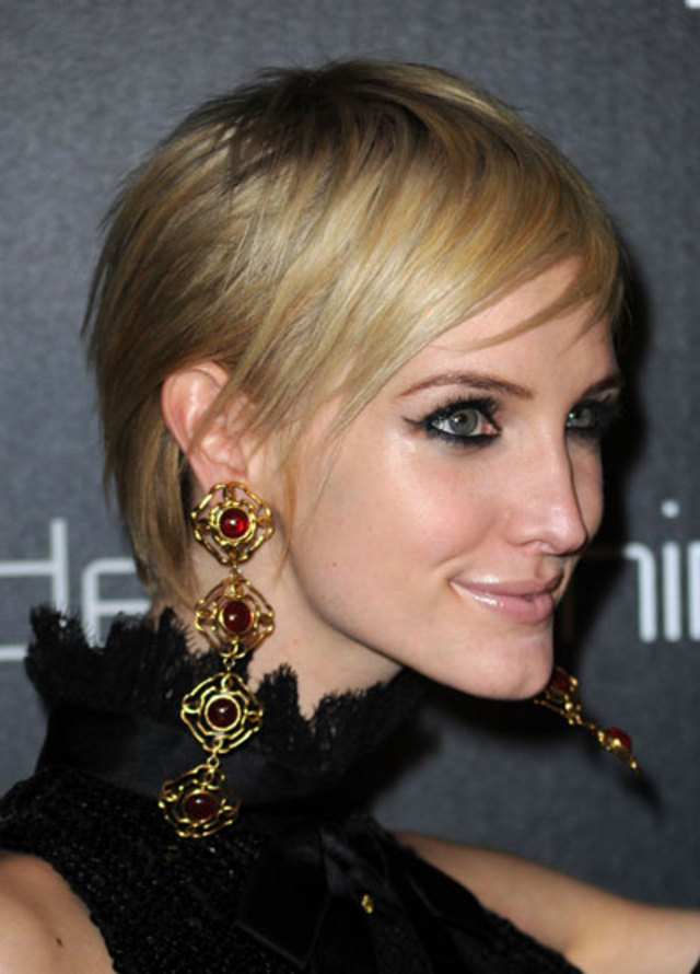 1103-ashlee-simpson-wentz-highlighter-eyes-bigger-makeup_bd