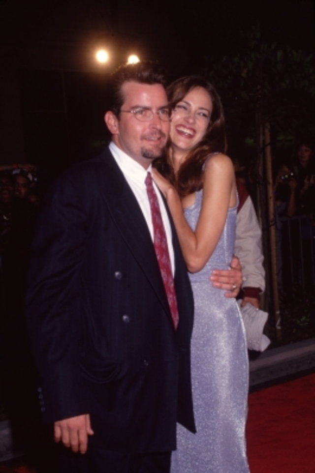 141684_charlie-sheen-embraces-his-wife-donna-peele-while-they-pose-on-a-red-carpet-in-1995