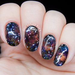 Re sized 1661d42c562c1206edc9 d4c7e2ce3c8199fb4569 golden jewel tone galaxy nail art 2