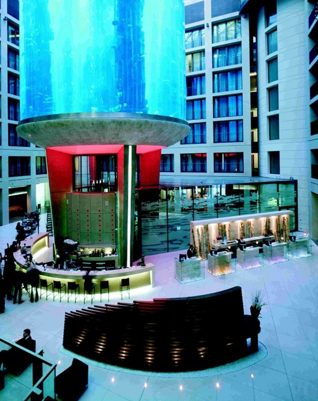 AquaDom-at-Radisson-Blu-Hotel-Germany-Worlds-Largest-Cylindrical-Aquarium-4