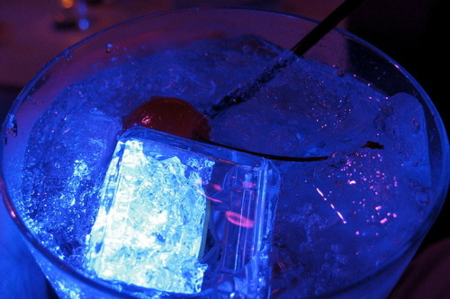 LED-Ice-Cubes-Detect-Alcohol-Tell-You-When-to-Stop-Drinking-01