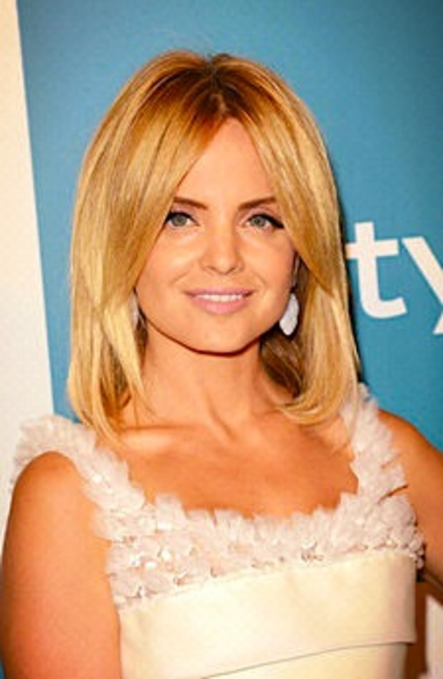 Mena Suvari makeup look