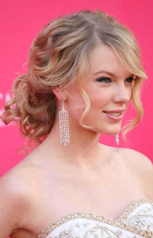 Beauty-Taylor-Swift-Wavy-Updo-Hairstyles