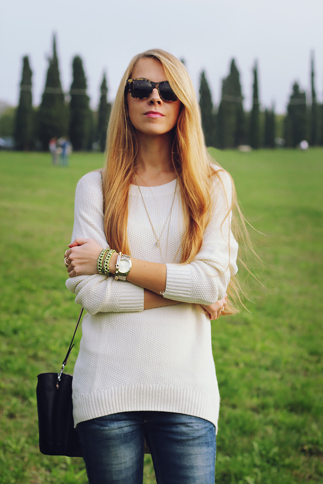 white-sweater-jeans-fall-casual-outfit