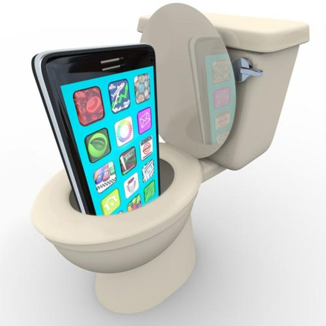 cellphone-dropped-in-toilet