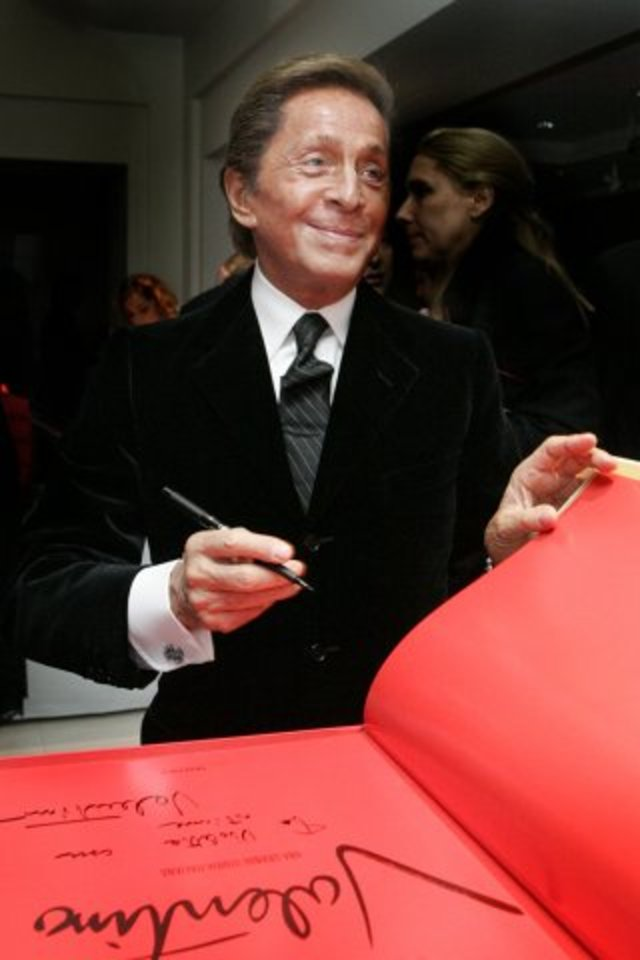 event_valentino_sign_christies_01_0711141009_id_126177