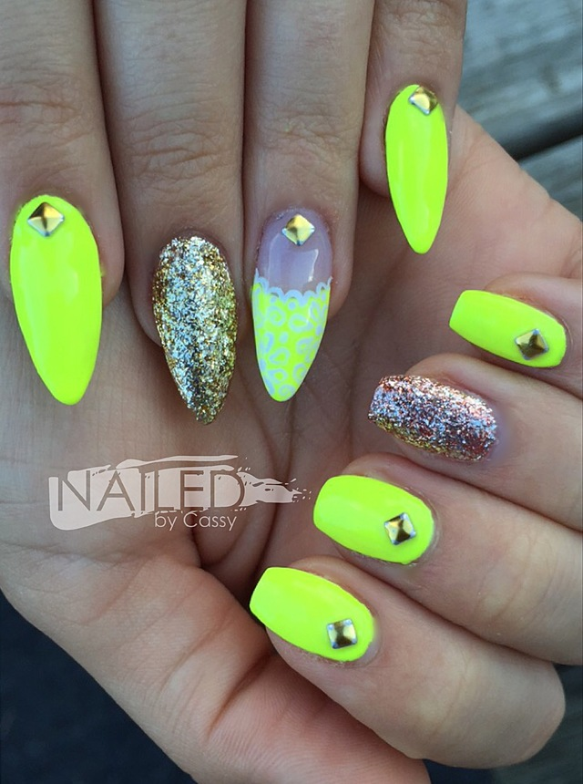 Matching neOn maniCures